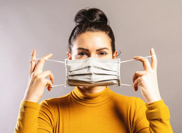 Χρήση διπλής μάσκας: μας προστατεύει τελικά;